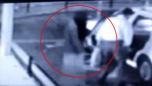 بالفيديو.. 'شبح' يدخل في سيارة أجرة وأمام الجميع!