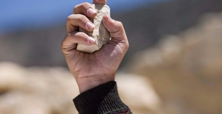معلم يفقد وعيه بعد رشقه بالحجارة من قبل طالب وشقيقه في اربد