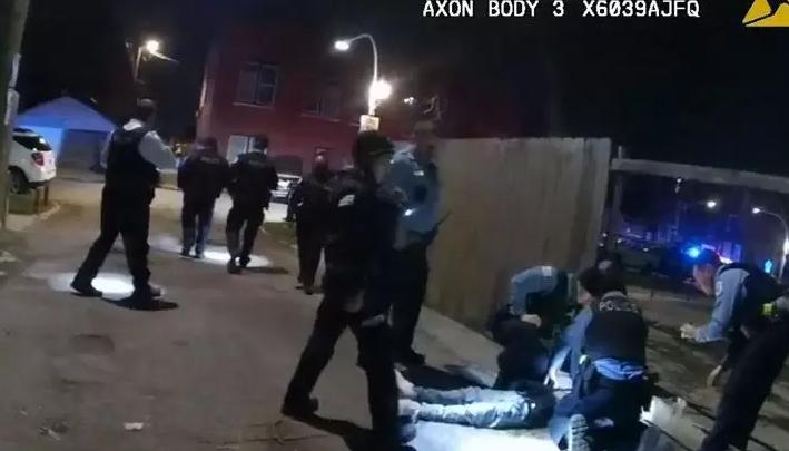 بالفيديو ..  شيكاغو تنتفض بعد إنتشار فيديو قتل طفل أمريكي على يد الشرطة