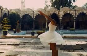 بالفيديو ..  شاهد فتاة ترقص بملابس قصيرة في باحة مسجد بدمشق!