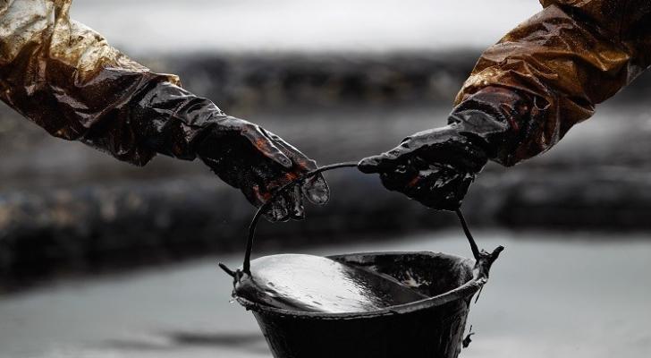 أسعار النفط تتراجع عالمياً