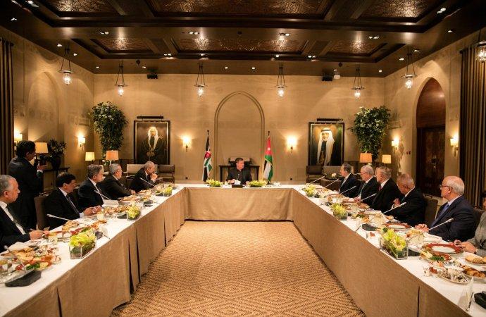 الملك يلتقي رؤساء وزراء سابقين وشخصيات سياسية