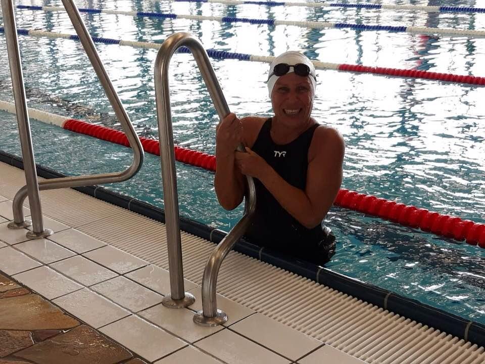 مصرية عمرها 75 عاماً وتحصد بطولات عالمية في السباحة .. صور