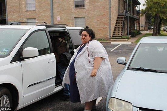 بالصور: أمريكية وزنها كيلوجرام يمنعها