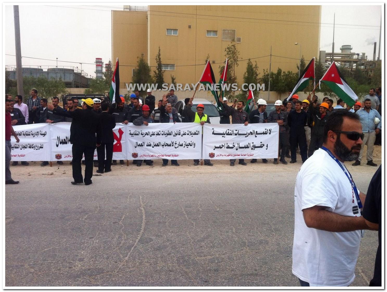 بالصور.. العشرات من موظفي شركة السمرا للكهرباء يضربون عن العمل احتجاجاً على تجاهل مطالبهم
