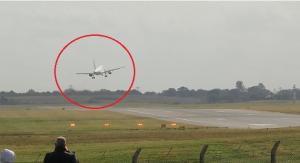 بالفيديو ..  مشهد عصيب يحبس الأنفاس لطائرة فرنسية تحاول الهبوط في أجواء عاصفة