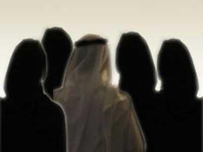 سعودي يحتفل مع زوجاته الأربع بطلاق إحداهن