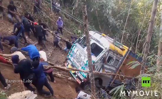 بالفيديو . أهل بلدة هندية يسحبون شاحنة بعد سقوطها من أعلى الجبل