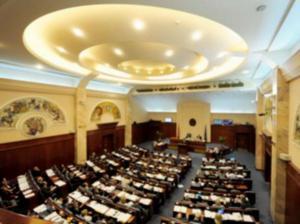 اندلاع مشاجرة بالأيدي في البرلمان المقدوني بعد تبادل السباب