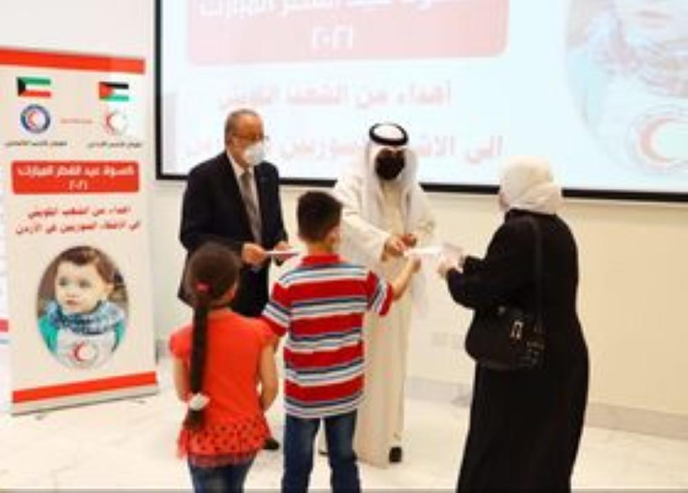 الهلال الأحمر الكويتي يوزع كسوة عيد الفطر على لاجئين سوريين بالأردن
