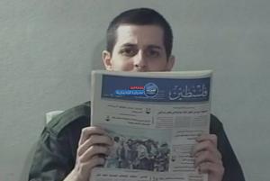 """بالفيديو  ..  شاليط يكشف لأول مرة كيف كانت """"كتائب القسام"""" تعامله خلال 5 سنوات في الأسر"""