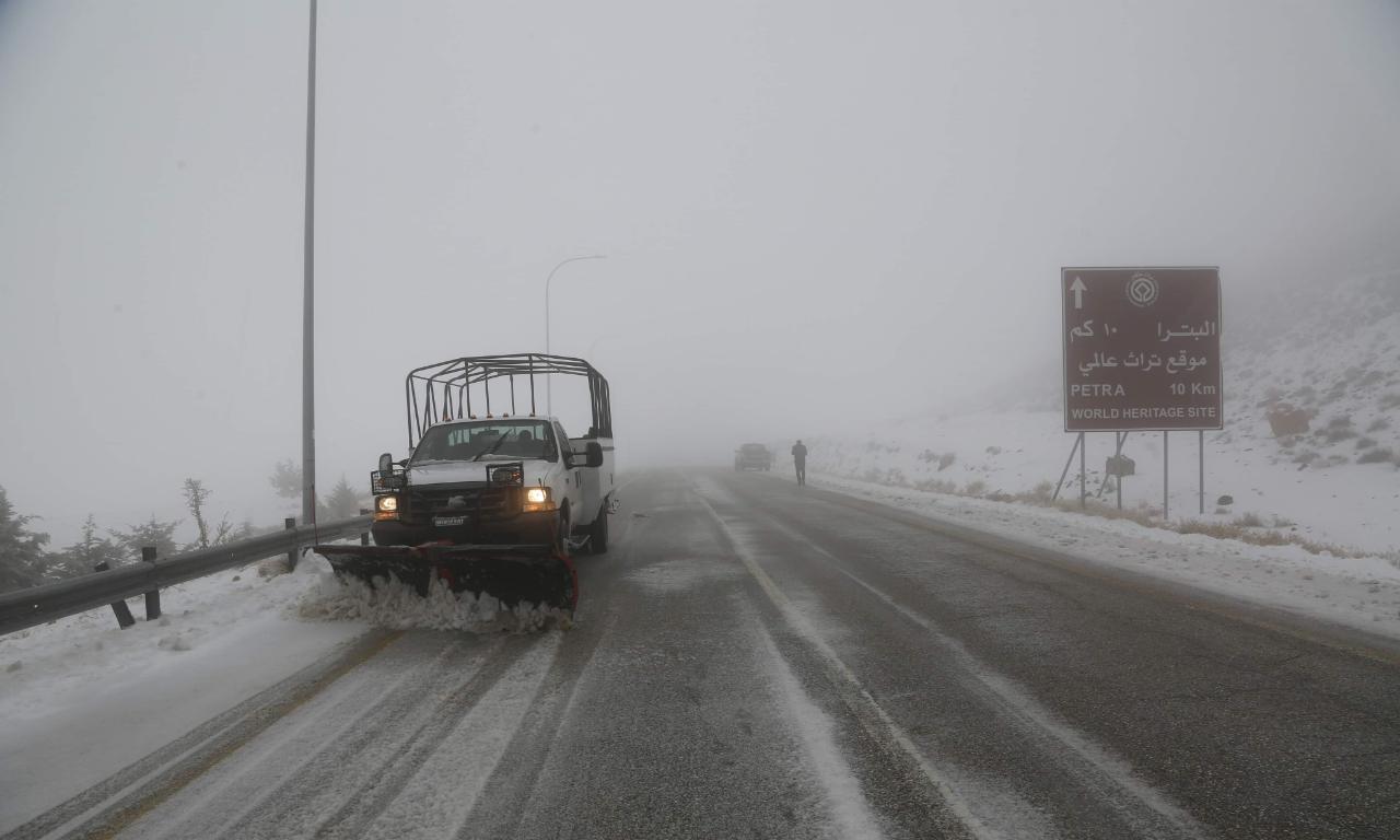 كوادر سلطة اقليم البترا التنموي تعمل منذ الصباح على فتح الطرق