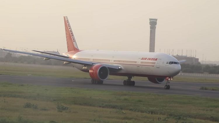 إصابة مضيفة سقطت من طائرة في الهند