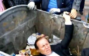 بالفيديو : متظاهرون أوكرانيون يلقون نائباً في حاوية القمامة !!