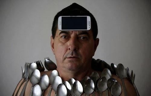 بالصور .. الرجل المغناطيس : يجذب جميع الاجسام الى جسمه