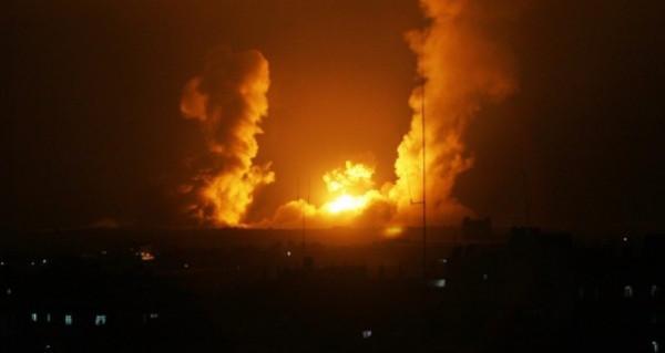 رداً على إطلاق صاروخ ..  الاحتلال يشن عدة غارات بمناطق متفرقة من القطاع