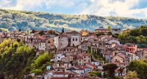 قرية إيطالية تجذب السكان الجدد إليها بطريقة مبتكرة