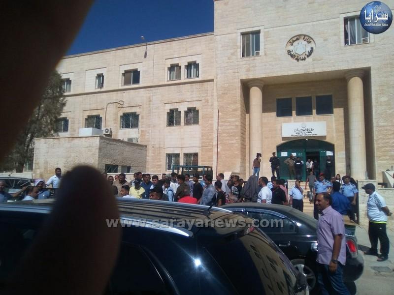وقفة احتجاجية أمام محكمة المفرق لذوي الموقوفين جامعة آل البيت - صور