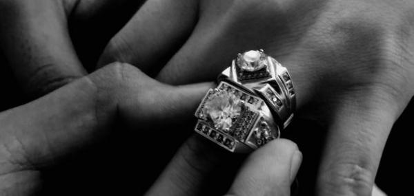 الدفاع المدني يحرر يد شخص علق بأصابعه خاتم