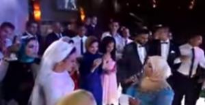 بالفيديو .. شقيقة عروس تفاجئها بالغناء لها بصوتها