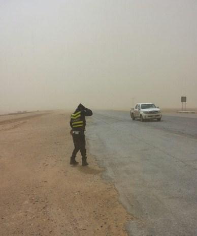 الامن يغلق الطريق الصحراوي بسبب الغبار الكثيف و انعدام الرؤية