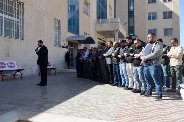 وقفة حداد وصلاة الغائب بجامعة عمان الاهلية على أرواح شهداء حادثة البحر الميت