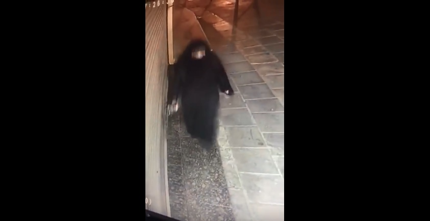 بالفيديو  ..  سيدة تقوم برش السحر أمام احد المحال التجارية في العاصمة عمان