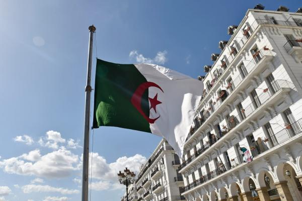 الجزائر تعلق صلاة الجماعة في المساجد