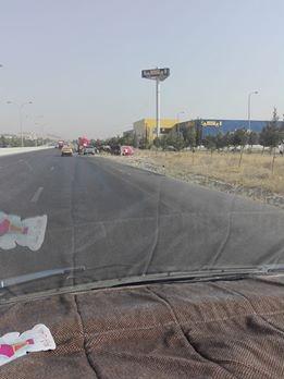 انقلاب صهريج يتسبب باغلاق طريق المطار .. صورة