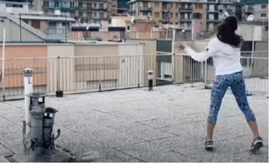 بالفيديو .. إيطاليات يلعبن كرة المضرب من فوق أسطح المباني