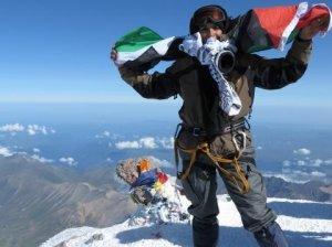 فلسطينية ترفع العلم فوق أعلى قمة جبلية في روسيا