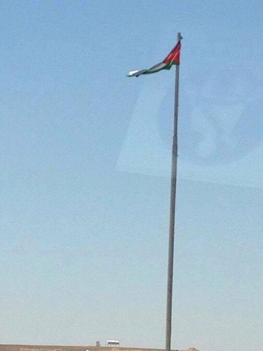 """بالصور .. بعد نشر """"سرايا"""" : تغيير العلم الأردني الممزق أمام مخيم الأزرق بعلم جديد"""
