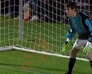 بالفيديو-لاعب يصد جميع ضربات الجزاء بعد طرد حارس المرمى .. فانظر ماذا حدث له !