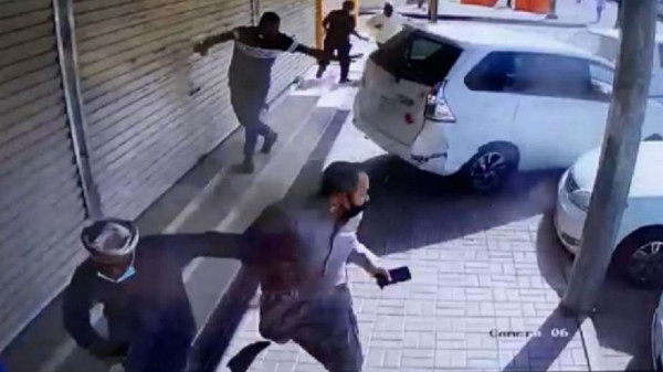 شاهد: لحظة اصطدام سيارة سيدة بأحد المحال المغلقة يُشعل السوشيال ميديا