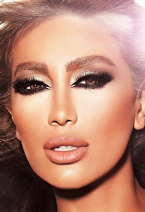 بالصور ...مايا دياب تستغل جمال عيونها تجارياً