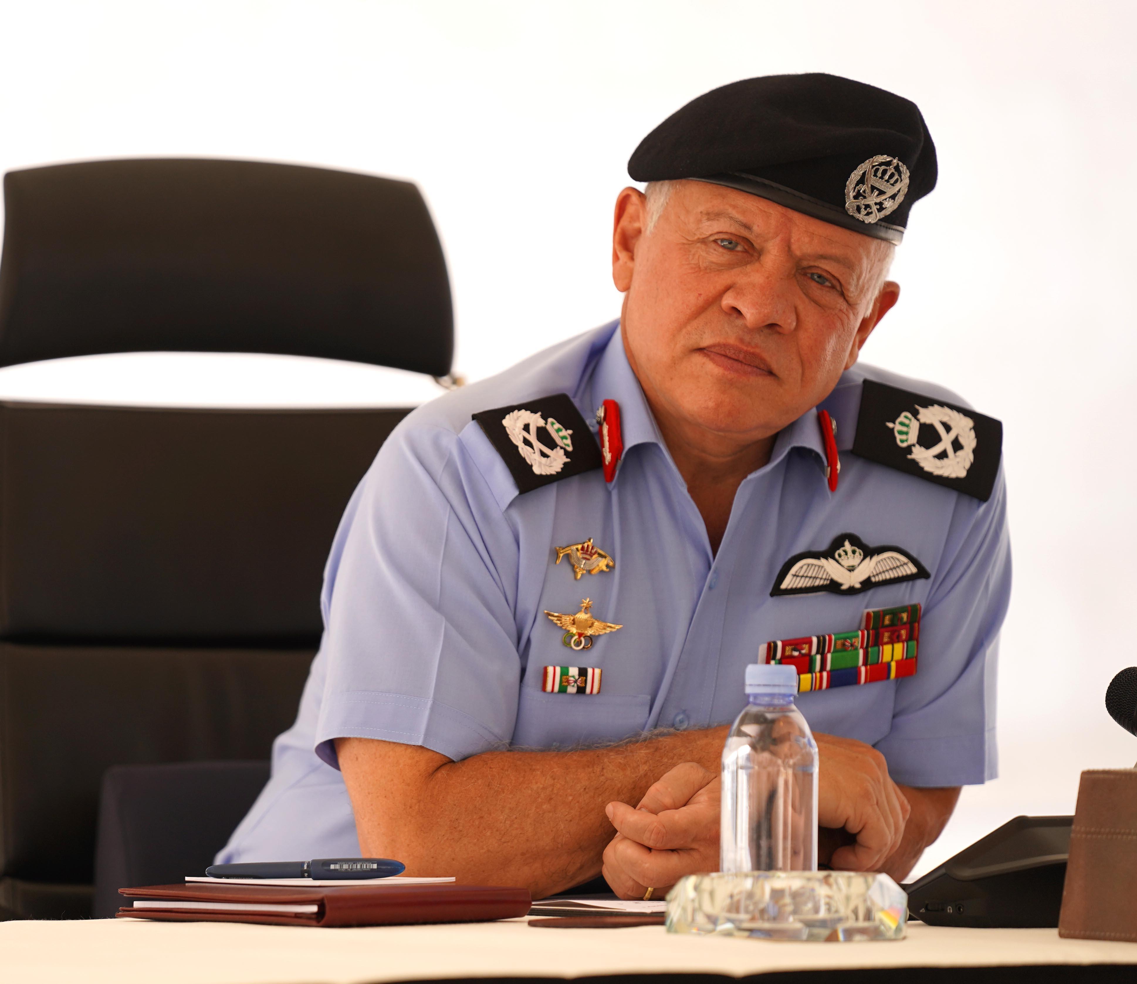 الملك راضٍ عن عملية الدمج بالأمن العام  ..  فيديو