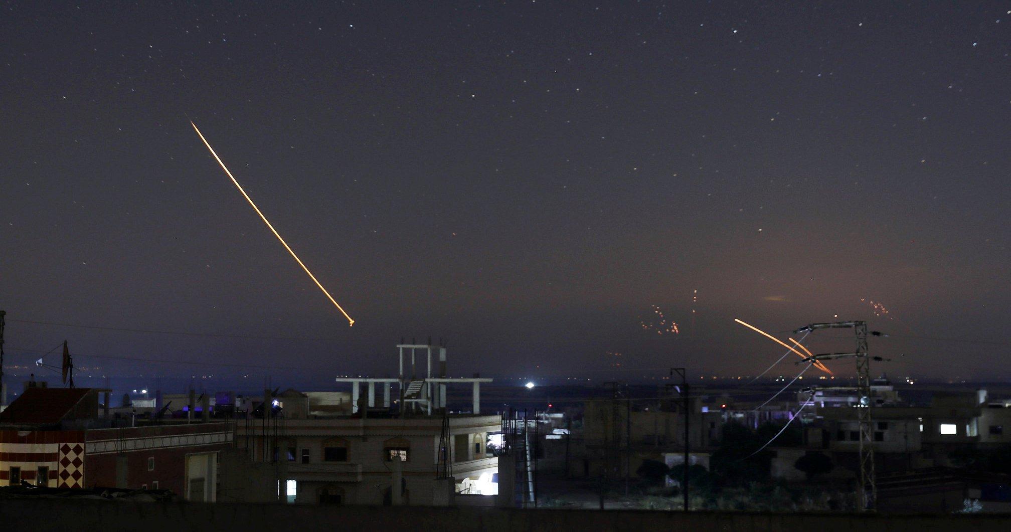 بالصور  ..  ايران تنفذ قصفاً مدفعيا تجاه اسرائيل من داخل الاراضي السورية و الطيران الاسرئيلي يرد بغارات جوية