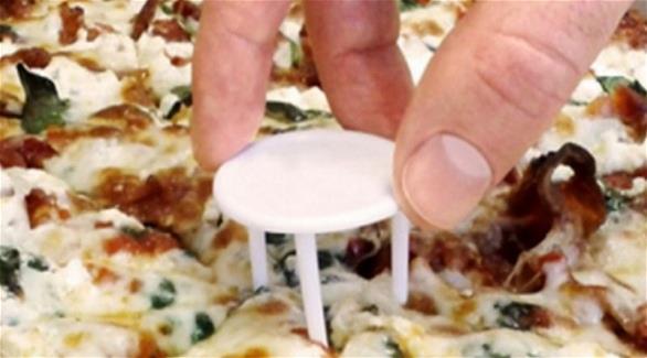 ما سبب وجود الطاولة البلاستيكية الصغيرة في وجبة البيتزا؟