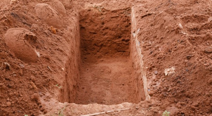 واقعة غريبة  ..  شخص يقوم باستخراج أكفان الموتى في مصر .. فيديو