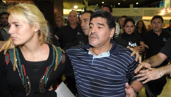 الشرطة تتدخل لفض شجار عنيف بين مارادونا وصديقته في فندق بمدريد