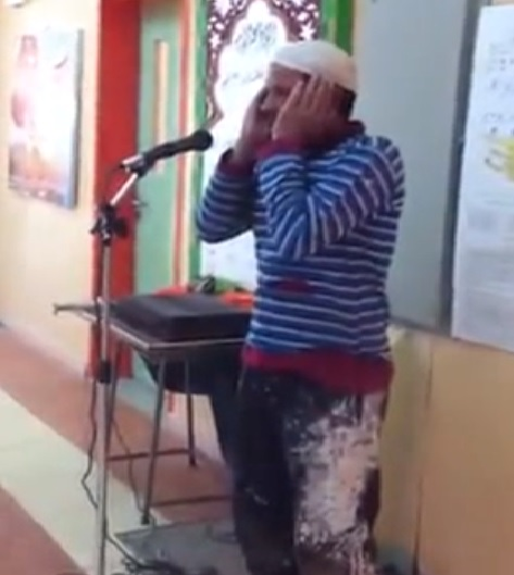 بالفيديو : جاء للعمل في المدرسة ..  فأدى الأذان بصوت إمام الحرم المكي