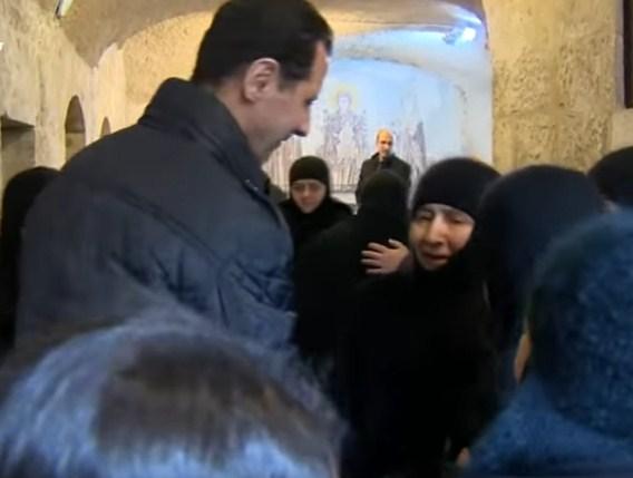 """بالفيديو  ..  نجل السفير المطرود يعلق على """"جاكيت"""" بشار الاسد اثناء زيارته بالتهنئة بعيد الميلاد"""