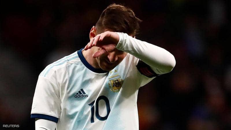 ميسي يغادر المنتخب مصابا ..  وأنصار برشلونة يحبسون أنفاسهم