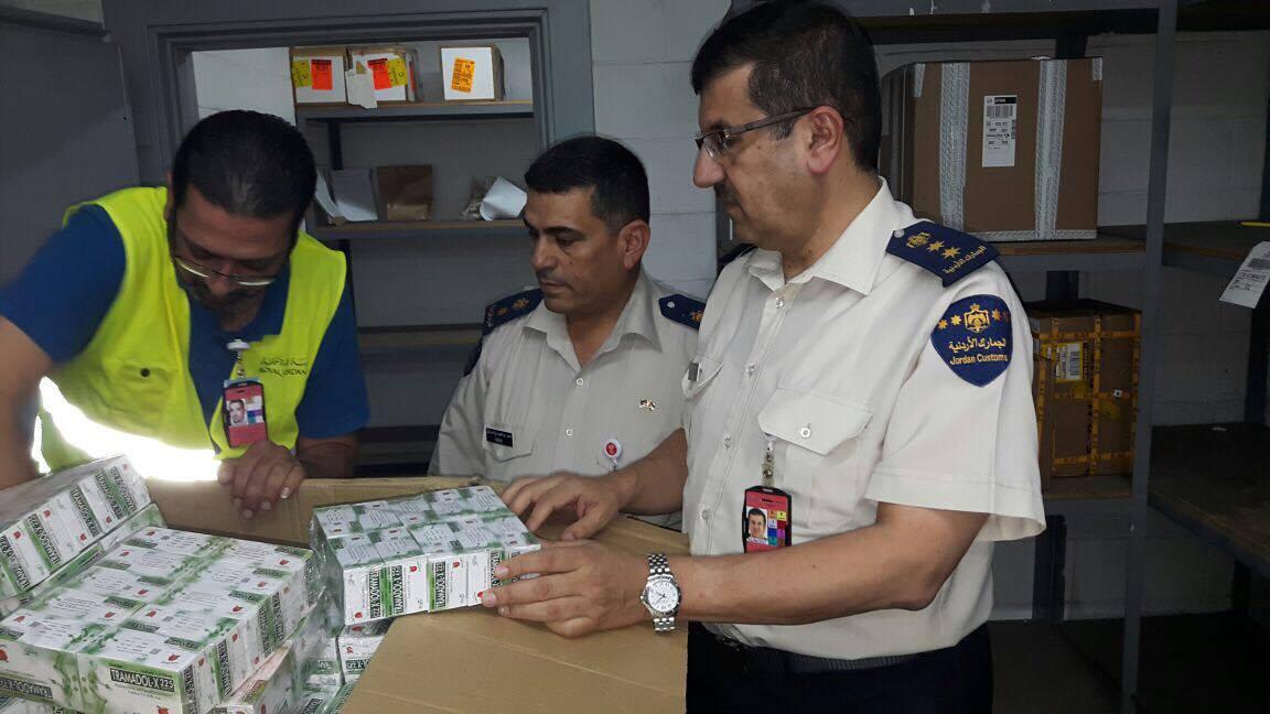 إحباط عملية تهريب  20 مليون حبة مخدرات في جمرك مطار التخليص..صور