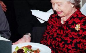 ماذا فعلت الملكة إليزابيث عندما وجدت دودة ميتة في طعامها