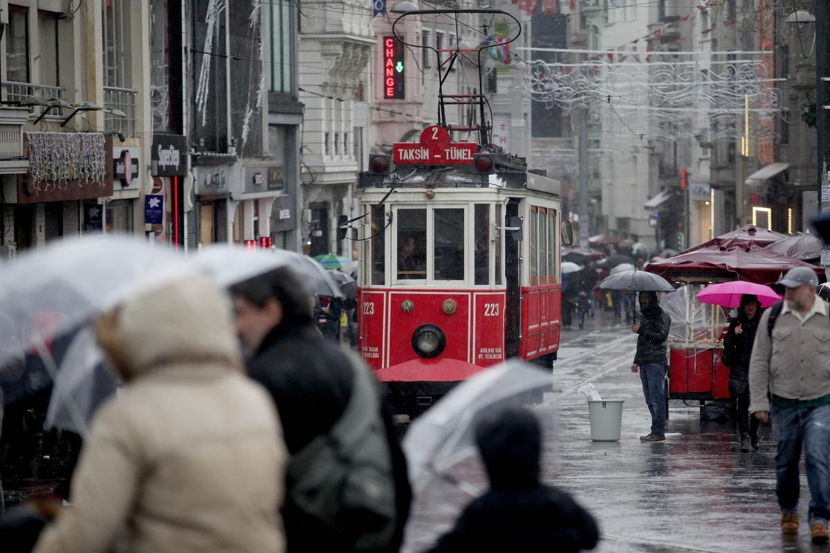 بالفيديو  ..   الأمطار تتسبب في مقتل شخص وتشل حركة النقل في إسطنبول
