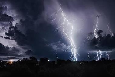 الأحد ..  أمطار رعدية وتحذيرات من تشكل السيول