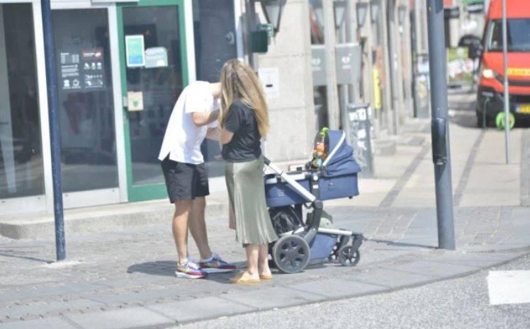 بالصور  ..  الدنماركي كريستيان إيركسن برفقة عائلته في شوارع كوبنهاجن بعد أزمته القلبية