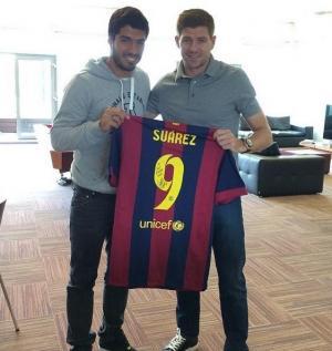 سواريز يعود لليفربول .. ويهدي جيرارد قميص برشلونة