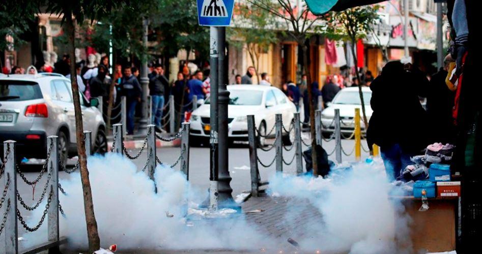 حالات اختناق نتيجة استنشاق غازات مسيلة للدموع بعد اقتحام الاحتلال مناطق في الخليل